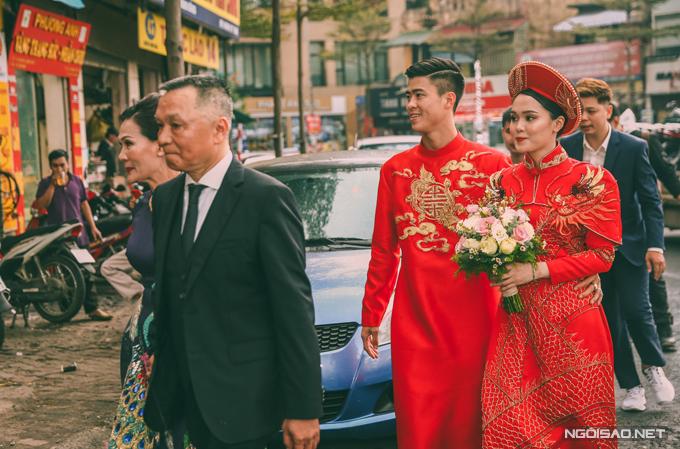 Mẫu áo chứa đựng sự truyền thống,đều có tông đỏ - sắc màu hỷ sự theo quan niệm Á đông, phù hợp với concept đám hỏi cổ điển mà Quỳnh Anh lựa chọn.