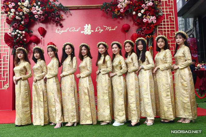 Dàn phù dâu diện áo dài vàng đồng theo mong muốn của Quỳnh Anh, giúp tạo nên bảng màu hài hòa, sang trọng cho đám hỏi.