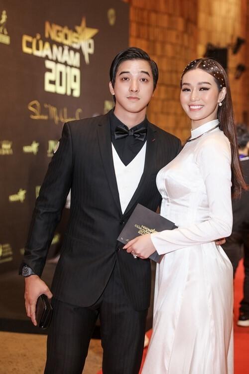 Khánh My chọn áo dài trắng để xuất hiện bên bạn trai diện suit bảnh bao.