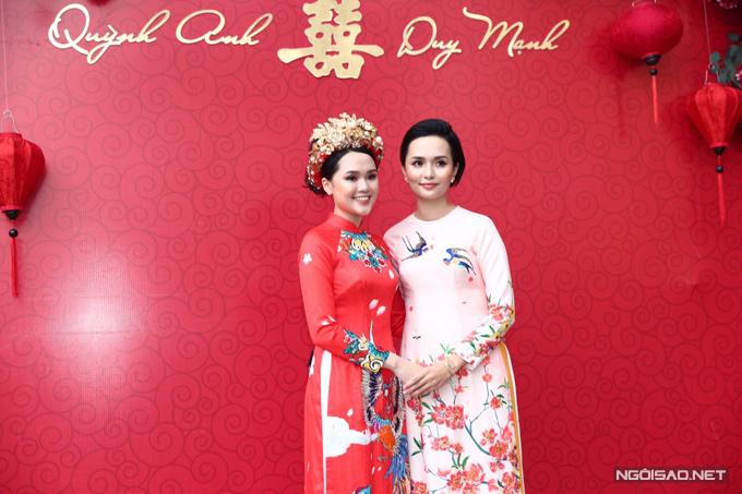 Sáng 15/1, lễ ăn hỏi của chú rể Duy Mạnh và cô dâu Quỳnh Anh đã được cử hành tại tư gia cô dâu ở Hà Nội. Trong ảnh là cô dâu Quỳnh Anh (áo dài đỏ) bên cạnh chị gái.