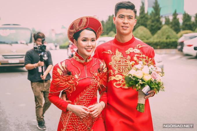 Sáng ngày 15/1, chú rể Duy Mạnh và cô dâu Quỳnh Anh đã cử hành lễ ăn hỏi tại Hà Nội.Tấm áo dài đôi màcặp 9X diệnđều là tác phẩm của NTK Thủy Nguyễn.