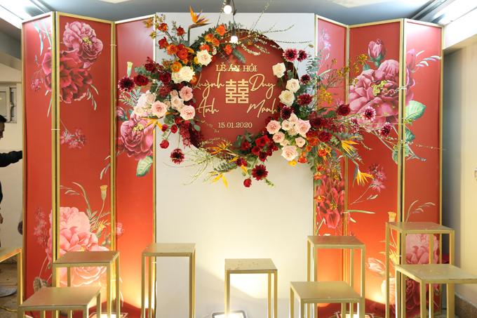 Background bên trong nhà mang âm hưởng truyền thống. Ekip đã sử dụng nhiều loại hoa ngoại nhập để tô điểm cho không gian. Ảnh: Nguyễn Long Hải.