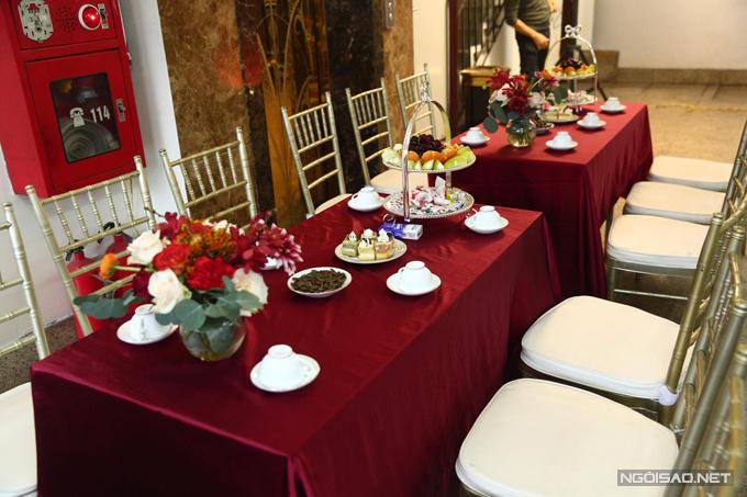 Loại bàn được chọn lựa cho không gian là bàn chữ nhật, phủ khăn trải màu đỏ, ghế Chiavari vàng đồng.