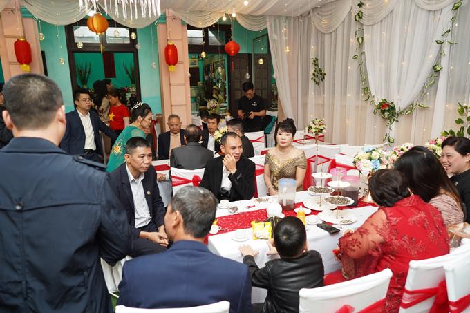 Các bàn, ghế được tô điểm với dải lụa đỏ - sắc màu may mắn dành cho dịp hỷ sự.