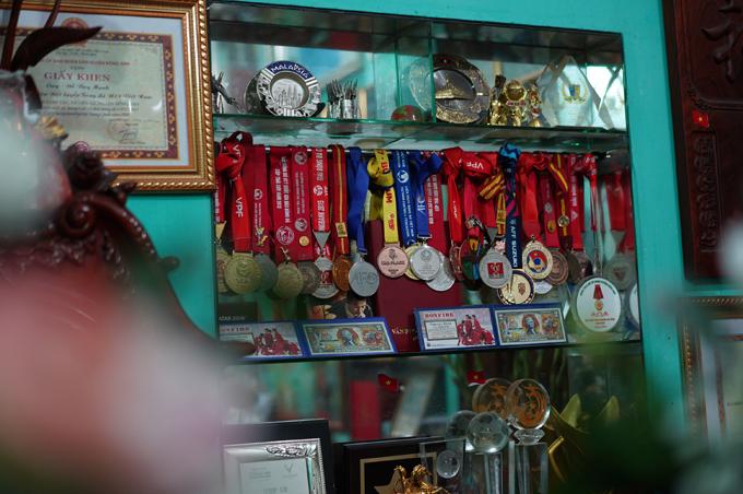 Lễ ăn hỏi hé lộ phần nào về không gian sinh sống của hậu vệ đội tuyển bóng đá Việt Nam. Trong nhà có tủ riêng để Duy Mạnh trưng bày huy chương, các cúp, giải thưởng mà anh đạt được trong sự nghiệp thi đấu thể thao.