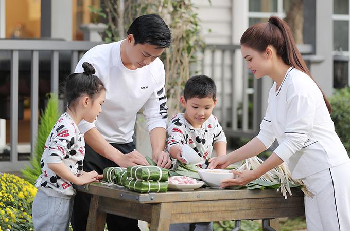 Tiến Lộc, Phạm Phương Thảo và các cháu diễn nhiều phân cảnh rộn ràng ngày Tết truyền thống như gói bánh chưng, dọn dẹp nhà cửa, làm cỗ, dạo phố...