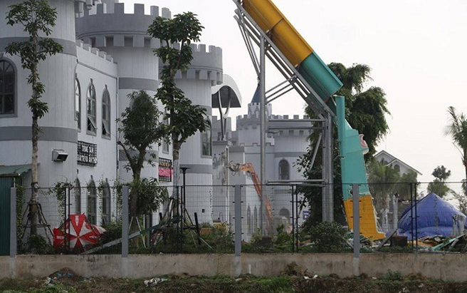 Lực lượng chức năng tháo dỡ công trình sai phạm tại Công viên nước Thanh Hà.