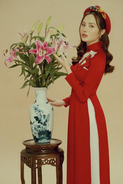 Trong bộ ảnh vừa thực hiện, Diệu Linh gợi ý cùng phái cách chọn các mẫu áo dài truyền thống để đi chụp ảnh ở phố hoa, chợ Tết, khu mua sắm...
