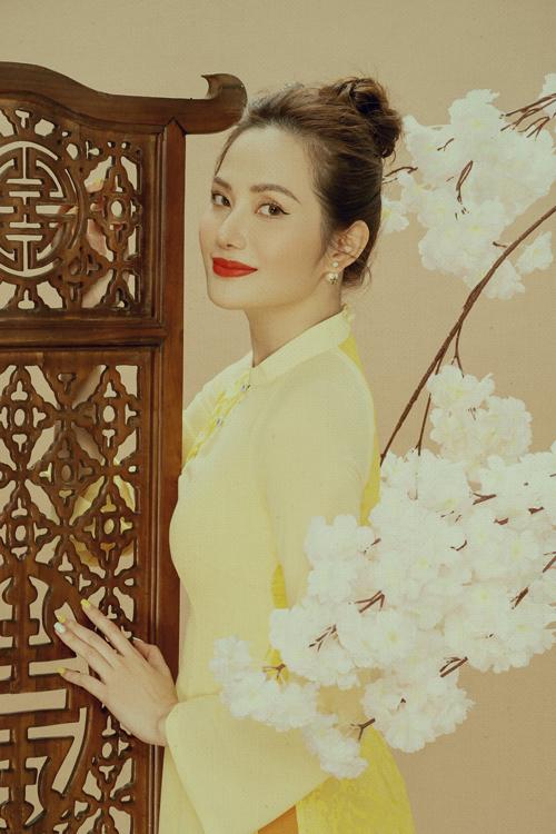 Bộ ảnh được thực hiện với sự hỗ trợ của nhiếp ảnh Milor Trần, stylist Hiệp Chu, trang điểm và làm tóc Khoa Lê, trang phục Thủy Nguyễn.