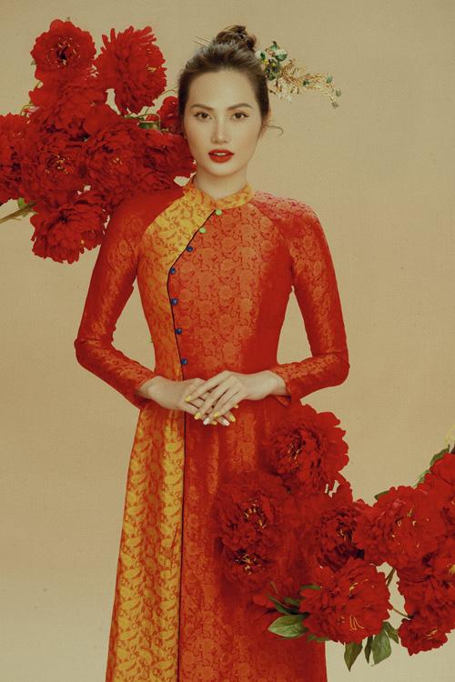 Ngoài chất liệu vải lụa mềm mịn, Diệu Linh còn chọn thêm các kiểu áo dài may bằng vải gấm mỏng với họa tiết mang đậm không khí lễ Tết.