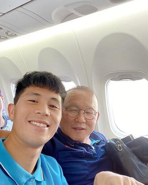 Cầu thủ Đình Trọng selfie thân thiết bên HLV Park Hang-seo.