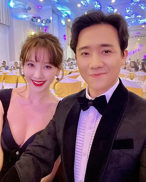 Hari Won diện váy gợi cảm khi sánh đôi cùng ông xã Trấn Thành dự sự kiện.