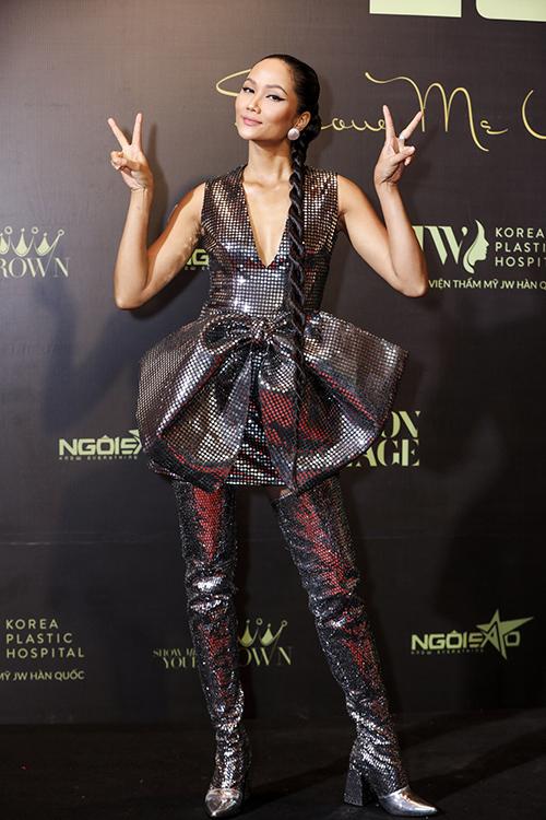 Sau khi hoàn thành  công việc tại Lâm Đồng, hoa hậu HHen Niê vội đáp chuyến bay lúc 17h30 về lại TP HCM, tranh thủ make-up để kịp dự chương trình.