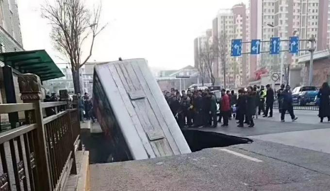 Chiếc xe buýt lao xuống hố tử thần ở thành phố Tây Ninh, tỉnh Thanh Hải, Trung Quốc chiều 13/1. Ảnh: Weibo.
