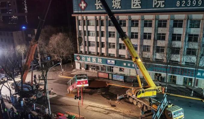 Công việc cứu hộ, sửa chữa đoạn đường xuất hiện hố tử thần ở thành phố Tây Ninh, tỉnh Thanh Hải, Trung Quốc kéo dài đến đêm 13/1. Ảnh: Weibo.