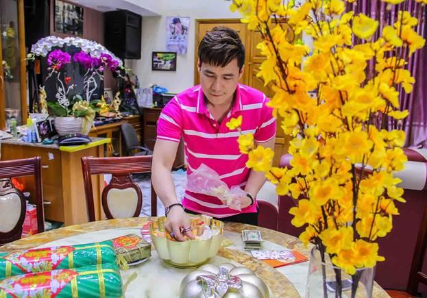 Khánh Phương tự tay trang trí nhà ngày Tết và chuẩn bị quà để tặng bạn bè, họ hàng.