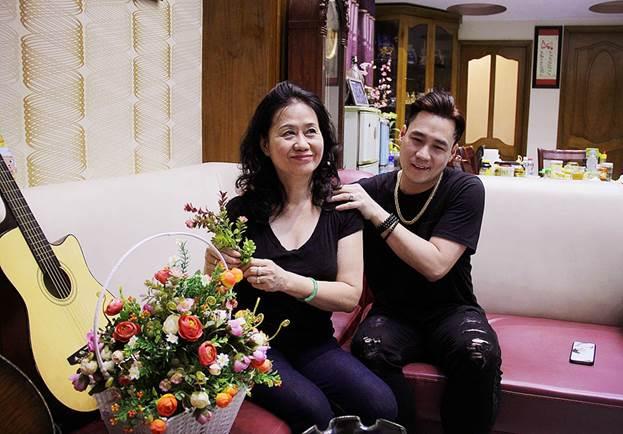 Khánh Phương luôn rất quan tâm chăm sóc sức khỏe cho bố mẹ.