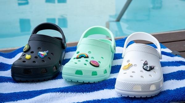 Classic Clog bao gồm rất nhiều màu sắc, trong đó Crocs Việt Nam hiện đã có tới 7 màu từ trung tính như đen, trắng, xám, xanh dương tới rực rỡ như hồng, cam, xanh mint. Như thường lệ, chất liệu và kiểu dáng đặc biệt khiến đôi giày này đem lại cảm giác thoải mái cho người dùng.