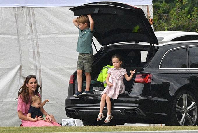 Kate và ba con đi cổ vũ bố William trong trận đấu. Ảnh: Rex.
