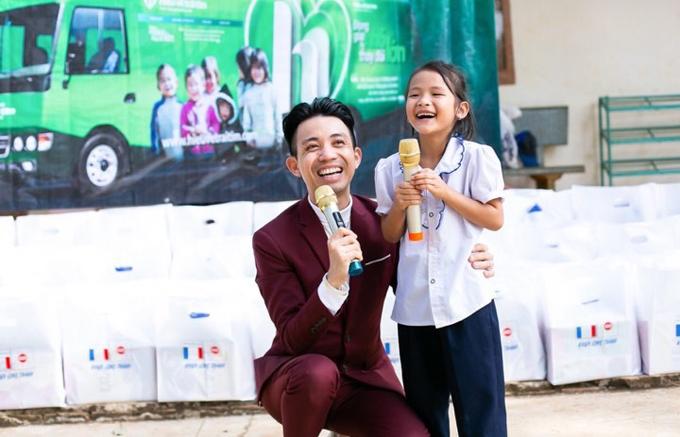 Ngày 11 và 12/1, doanh nhân Phạm Trần Nhật Minh cùng đoàn công tác xã hộiCông ty Nhựa Long Thành tới Đắk Lắk trao tặng nhiều phần quà cho người nghèo và học sinh nơi đây. Đại diện công ty chia sẻ,Tết là dịp nhànhà sum vầy bên mâm cơm ấm cúng nhưng vẫncó những người sống trongthiếu thốn, nhất là các em nhỏ - những thế hệ tương lai. Do đó, công ty muốn tạo điều kiện để các em có cơ hội phát triển tốt hơn với những quà tặng vật chất và tinh thần ý nghĩa.