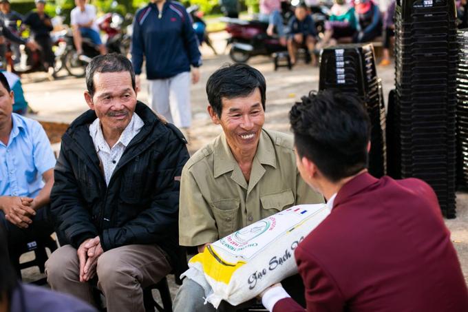 Ngoài các phần quà cho không gian sinh hoạt chung, ông Phạm Trần Nhật Minh còn trao đến các em nhỏ hoàn cảnh khó khăn, người già neo đơn... những phần quà Tết ý nghĩa. Vớingười già neo đơn, đoàn tặng cácphần quà thiết thực làtúi gạo, thùng mì chay cùng những lời động viên, san sẻ.Đại diện địa phương cũng gửi lời cảm ơn tới đoàn thiện nguyện Nhựa Long Thành vì những món quà ý nghĩa, san sẻ khó khăn với người nghèo và học sinh nơi đây.