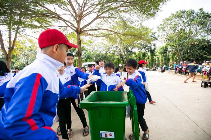 Mỗi điểm ghé đến, đoàn công tác xã hội còngửi tặng chiếc thùng rác công nghiệp, khuyến khích tinh thần giữ gìn vệ sinh công cộng, góp phần kiến tạo môi trường trong lành, xanh sạch đẹp tại trường học, nhà văn hóa, các ngôi chùa, giáo xứ... Thùng rác được thiết kế khuyến khích phân loại rác tại nguồn, bảo vệ môi trường. Ông Phạm Trần Nhật Minh còn hướng dẫn và dặn dò các em nhỏ ý thức giữ gìn vệ sinh chung và bảo vệ môi trường bằng việc để rác đúng nơi quy định.Chúng ta hãy cố gắng chia sẻ cho gia đình, cho bạn bè, cho những người xung quanh. Mong tất cả mọi người sẽ có một năm mới an khang, thịnh vượng, dịch bệnh tiêu trừ, gia đình ấm no hạnh phúc, ông Phạm Trần Nhật Minh nhắn nhủ mọi người.