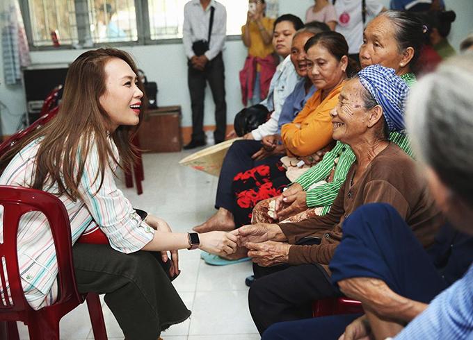 Mỹ Tâm trò chuyện với bà con trong chuyến từ thiện tại huyện Mộc Hoá, tỉnh Long An.