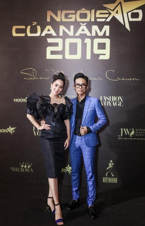 Khánh Thi và Phan Hiển vừa xuất hiện đã trở thành tâm điểm. Khánh Thi diện đầm đen lấp lánh còn Phan Hiển chọn suit màu xanh đúng dress code chương trình.