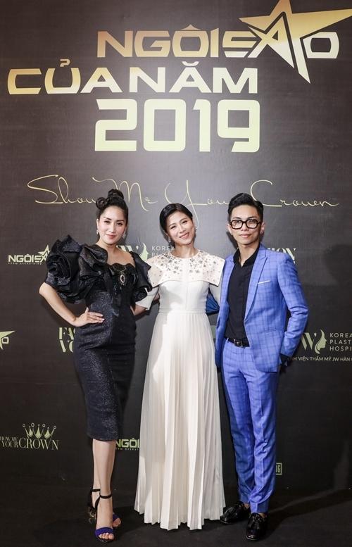 Cặp đôi chụp ảnh cùng bà Mai Liên - lãnh đạo báo Ngoisao.net - đơn vị tổ chức sự kiện Ngôi sao của năm 2019.