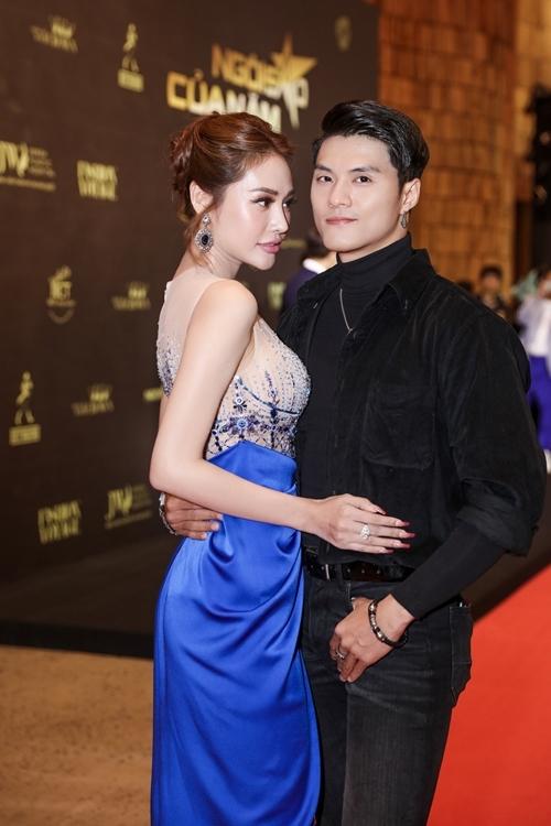 Vũ công Lâm Vinh Hải và bạn gái Linh Chi dính như sam tại sự kiện. Người mẫu Linh Chi tiết lộ cô mất hai tuần để chuẩn bị trang phục. Chiếc đầm cô mặc do NTK Đỗ Long thiết kế riêng theo dress code xanh nước biển của đêm trao giải.