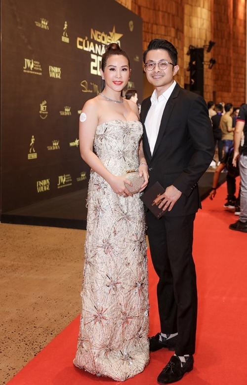 Hoa hậu Thu Hoài sánh đôi bạn trai Việt kiều Trí Tống trên thảm đỏ sự kiện. Chị chia sẻ thấy hạnh phúc khi nhận lời mời từ ban tổ chức và hãnh diện góp mặt trong đêm trao giải Ngôi sao của năm.