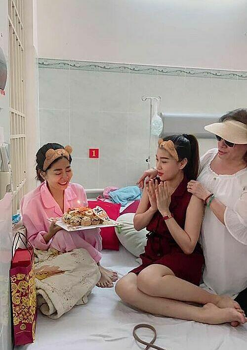 Mai Phương mặc đồ bệnh nhân, vui vẻ đón sinh nhật bên ca sĩ Bảo Như và nhóm bạn thân. Chúc mừng sinh nhật mẹ Lavie, luôn yêu đời mạnh mẽ và sớm ra viện để về với vòng tay của gia đình, một người bạn nhắn nhủ nữ diễn viên.