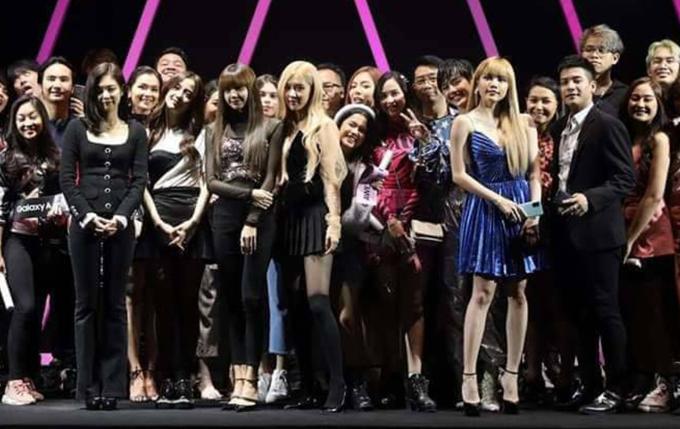 Nữ ca sĩ Việt Nam nổi bật không kém các cô gái nhóm nhạc Black Pink (4 người thứ hai từ trái qua)khi chụp ảnh chung.