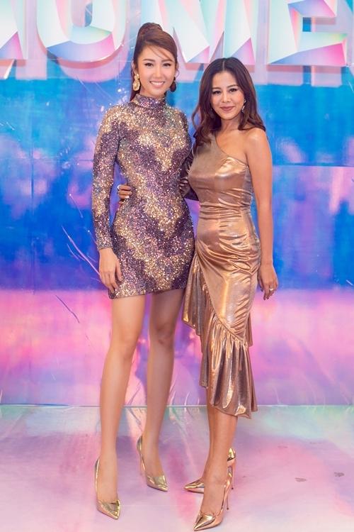 Thúy Ngân và diễn viên Nam Thư mặc đồng điệu ở sự kiện. Họ cùng chia sẻ những thành quả đạt được trong năm qua.