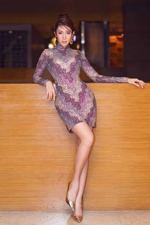 Nàng Hân hoa hậu của phim Gạo nếp gạo tẻ khoe khéo vẻ đẹp ngoại hình với váy sequin kết hợp giày ánh kim, tạo thêm vẻ thời thượng với bông tai to bản.