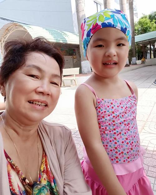 Khi mẹ vắng nhà công chúa nhỏ được bà ngoại chăm sóc. Cô bé rất thích đi bơi và tham gia các hoạt động ngoài trời.
