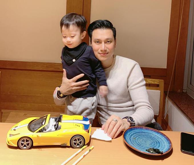 Việt Anh kể về con trai: Chả biết tương lai ông này sẽ làm gì, chỉ biết bây giờ ông ý mê ôtô hơn tất cả. Đi ngủ cũng ôm xe, không thèm ôm bố.