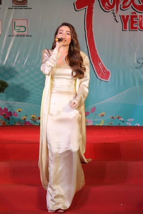 Trước đó, Hồ Ngọc Hà sánh đôi Kim Lý tham dự gala trao giải thưởng Ngôi sao của năm 2019 do báo Ngoisao.net tổ chức. Dù di chuyển liên tục, cô vẫn giữ thần thái rạng rỡ, hát hết mình trong sự hò reo của khán giả.
