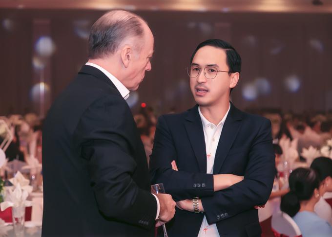 Chồng Hà Tăng cùng bố mẹ đón tiếp khách tới dự tiệc tất niên của tập đoàn do gia đình anh làm chủ.