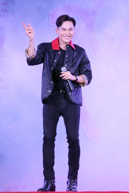 Ali Hoàng Dương cười rạng rỡ khi trình diễn trên sân khấu