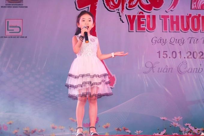 Ca sĩ nhí Candy Ngọc Hà diện váy trắng, thể hiện sự dễ thương, ngọt ngào.