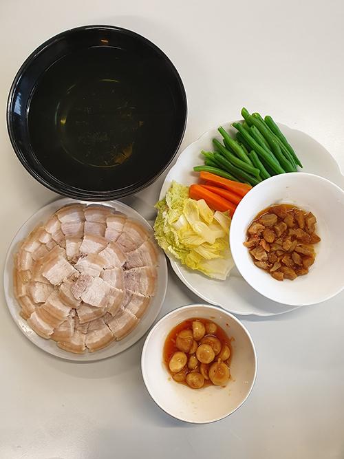 Mâm cơm đầy đủ món Việt của sinh viên xa xứ - 2