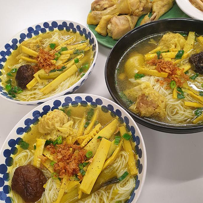 Mâm cơm đầy đủ món Việt của sinh viên xa xứ