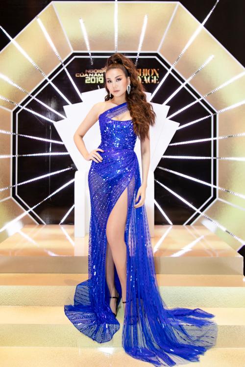 Siêu mẫu, diễn viên Thanh Hằng cuốn hút trên thảm đỏ với váy xuyên thấu trang trí ánh kim màu blue của Chung Thanh Phong. Váy xẻ chạm hông giúp siêu mẫu khoe lợi thế hình thể và đặc biệt là đôi chân dài trứ danh trong làng mốt Việt.