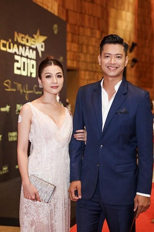 Hoa hậu Thái Nhiên Phương diện đầm đính sequin, khoác tay người mẫu Hồ Đức Vĩnh trên thảm đỏ.