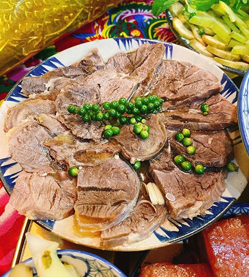 Vì nhiều món ăn nên chị Nhung chỉ mua thực phẩm đủ chế biến cho 6 người ăn, không làm quá nhiều, giúp mọi người thưởng thức được tất cả các món, tránh dư thừa, lãng phí thức ăn.