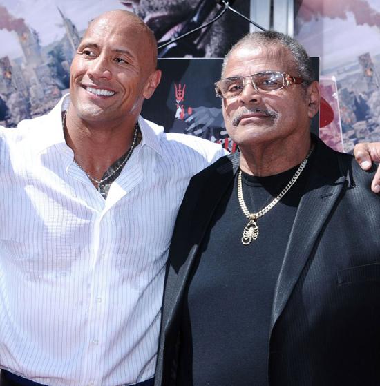 Dwayne Johnson (trái) và bố.