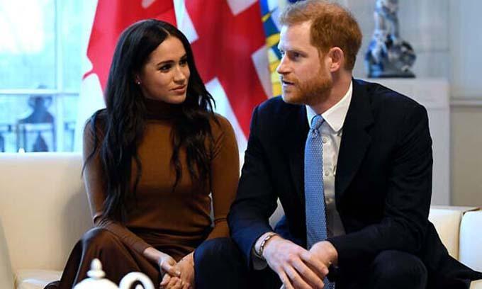 Vợ chồng Harry đến thăm Canada House hôm 7/1 để cảm ơn thịnh tình của người dân dành cho họ trong chuyến nghỉ dưỡng Giáng sinh và năm mới ở Vancouver. Ảnh: AP.