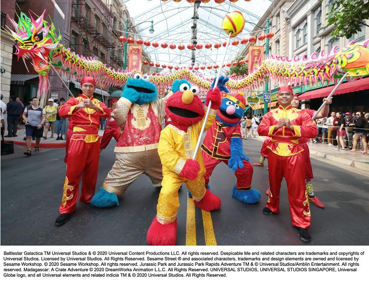 Chương trình biểu diễn vũ điệu rồng bay đặc biệt chỉ diễn ra tại Universal Studios Singapore nhân dịp Tết đến.