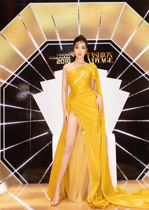 Đỗ Mỹ Linh xuất hiện như một nữ thần trên thảm đỏ với thiết kế váy lụa bay bồng. Kết hợp cùng váy xẻ cao sexy, nhà thiết kế Linh San phối thêm phần vai choàng để giúp hoa hậu uyển chuyển hơn khi di chuyển trên thảm đỏ.